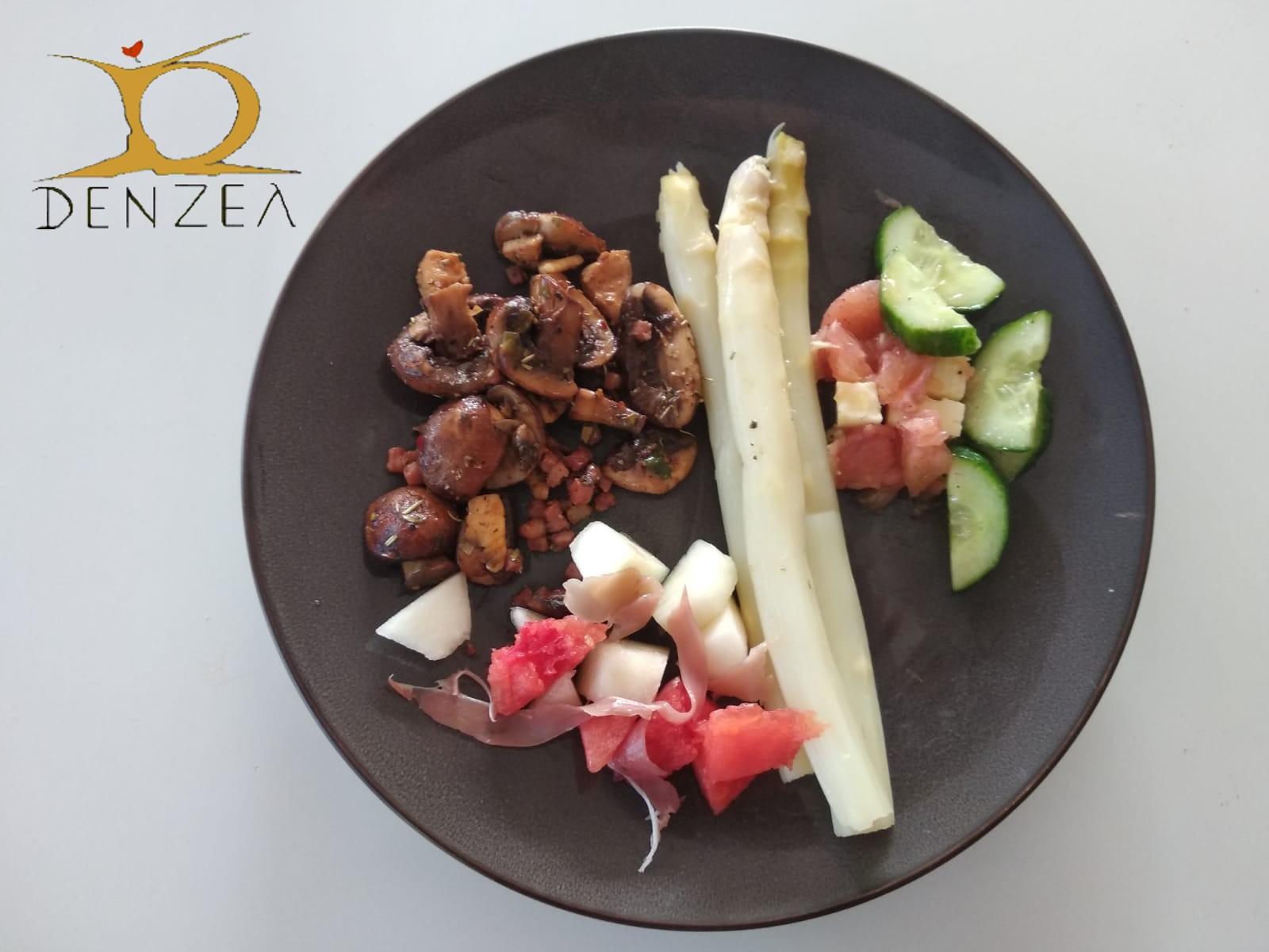 Spargel und Spargelspitzen mit Pilzen und Salat